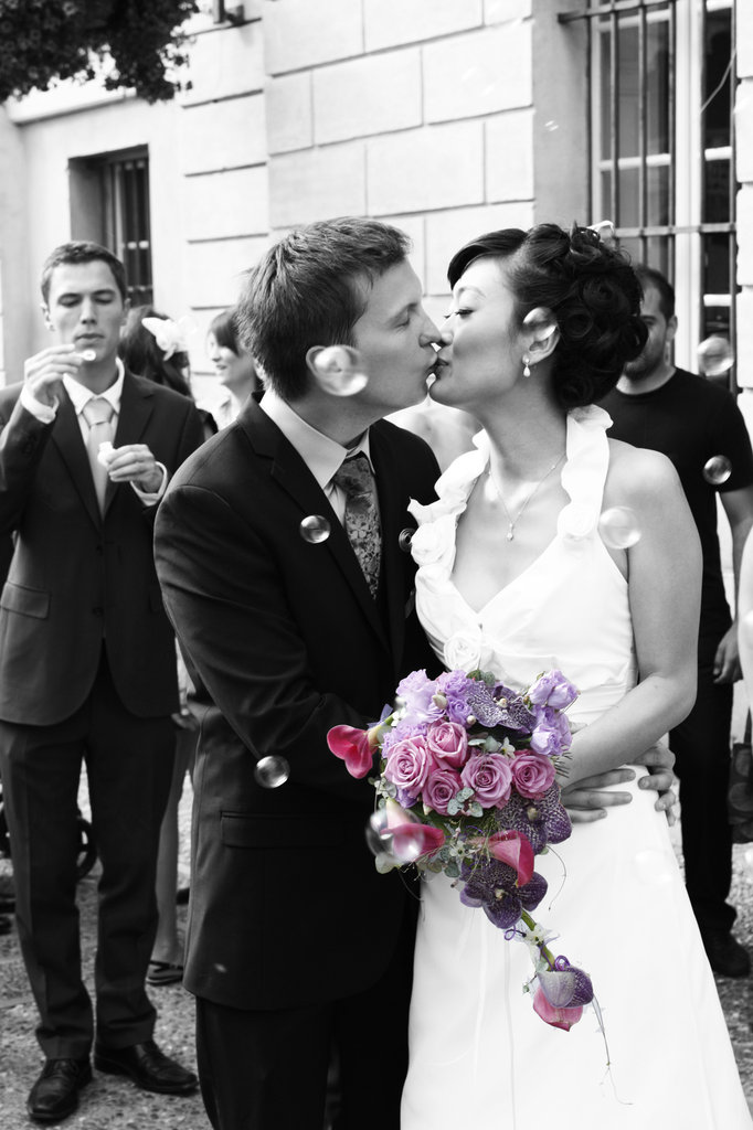 Mariés qui s'embrassent